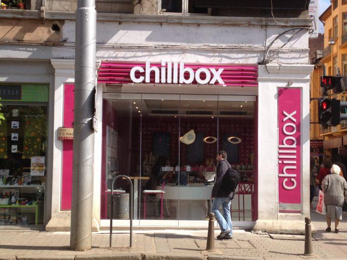 Обемни букви със светещи лица за chillbox