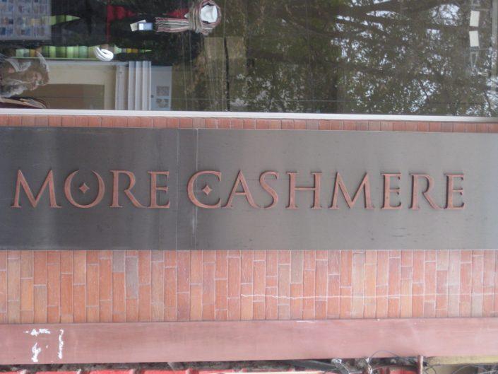 Несветещи обемни букви за магазин More Cashmere