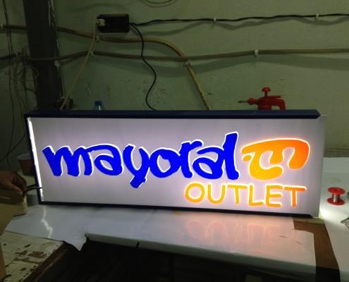 Светещи табели от плексиглас за магазин Mayoral Outlet