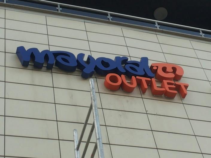 Несветещи обемни букви за магазин Mayoral Outlet