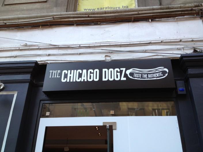 Светеща табела за заведение за хот-дог Chicago Dogz