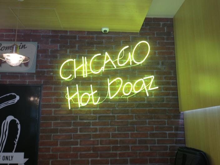 Обемни букви с неоново осветление, надпис Chicago Hot Doqz