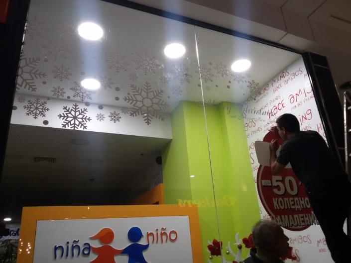 Тематично брандиране на витрини за магазин AMIGO за Коледните и Новогодишни празници