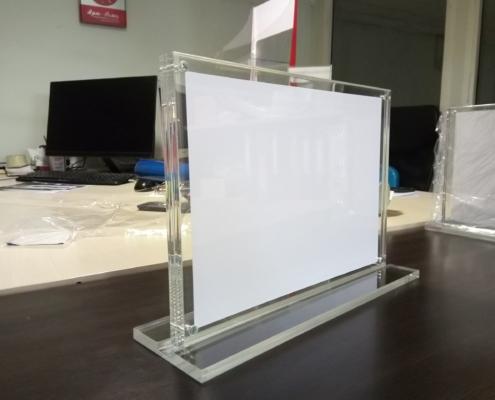 Изработка на прозрачна плексигласова поставка за сертификати