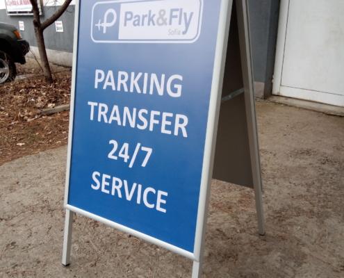 Изработка на двустранна тротоарна стойка със снап рамки за фирма Park & Fly